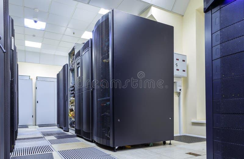 Tecnologia moderna da telecomunicação da rede e do Internet da Web, armazenamento de dados grande e computação da nuvem fotografia de stock royalty free
