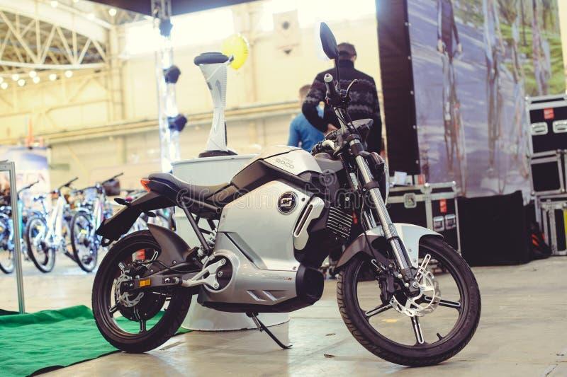 Tecnologia moderna del motociclo elettrico di serie moderno e protezione dell'ambiente sulle vie della vendita della città immagini stock libere da diritti