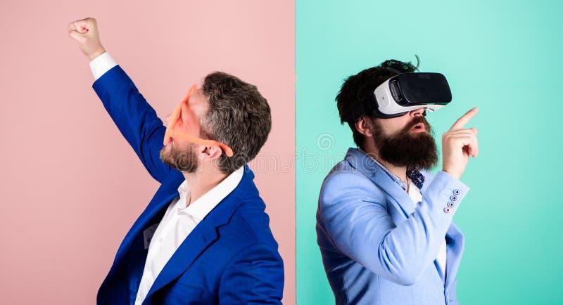 Tecnologia moderna do implementar do negócio Divertimento real e alternativa virtual Homem com a barba em vidros de VR e louvered fotos de stock royalty free