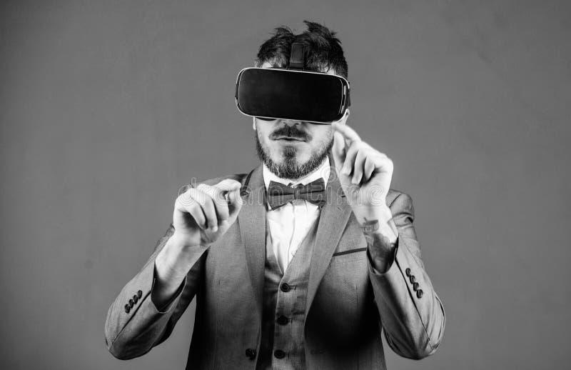 Tecnologia moderna do implementar do neg?cio O homem de neg?cios explora a realidade virtual Tecnologia para o neg?cio Superf?cie foto de stock