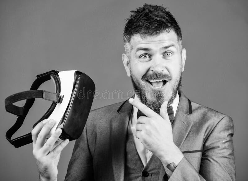 Tecnologia moderna do implementar do neg?cio Realidade virtual de homem de neg?cio Dispositivo moderno Inova??o e avan?os tecnol? imagens de stock