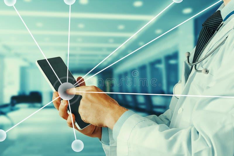Tecnologia moderna nella sanità e nella medicina Medico che per mezzo del ridurre in pani digitale immagini stock libere da diritti