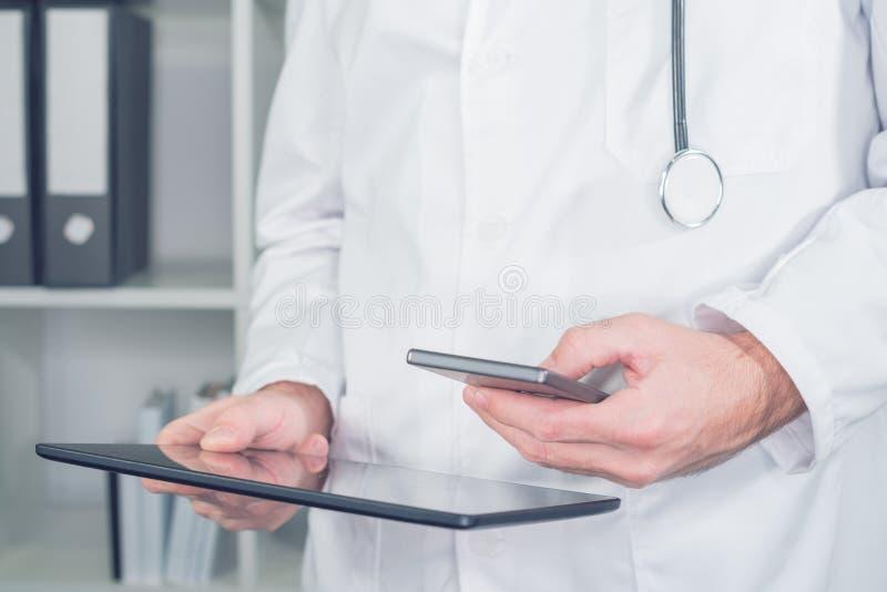 Tecnologia moderna nos cuidados médicos e na medicina imagens de stock