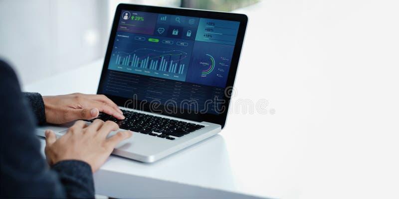 Tecnologia nel concetto di vendita di affari e di finanza I grafici ed i grafici mostrano sullo schermo del computer immagini stock libere da diritti