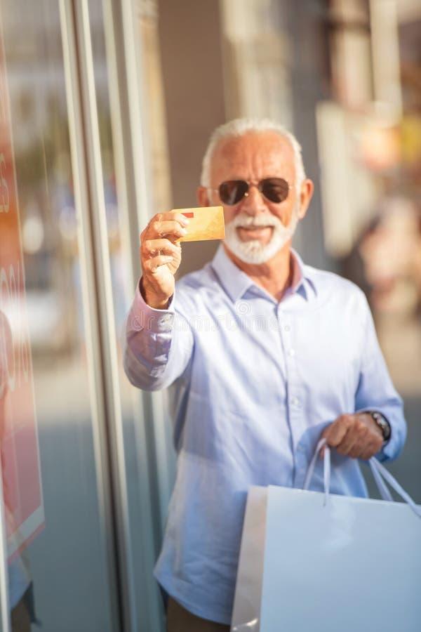 Tecnologia, povos, estilo de vida e conceito de uma comunicação - mensagem texting do homem superior no smartphone na cidade imagem de stock royalty free