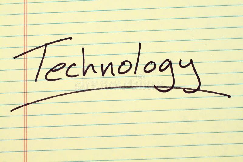 Tecnologia su un blocco note giallo immagine stock libera da diritti