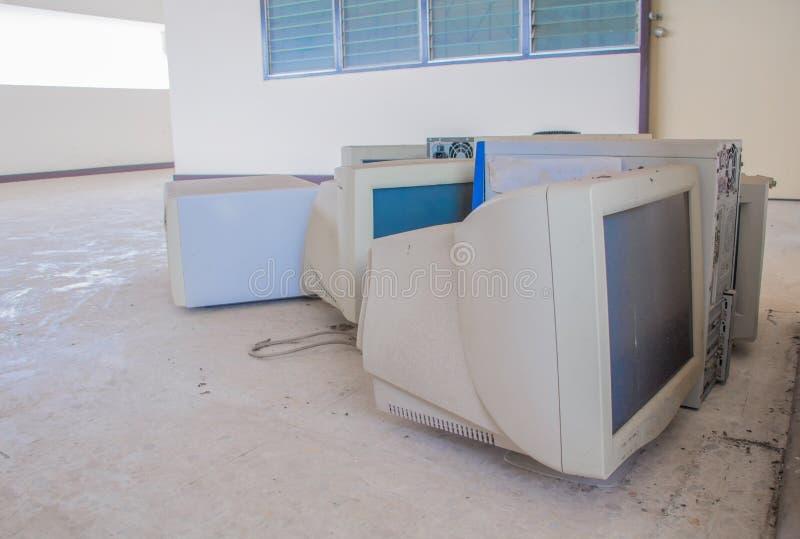 Tecnologia velha eletrônica do lixo do computador suja que manda a poluição com espaço da cópia adicionar o texto foto de stock