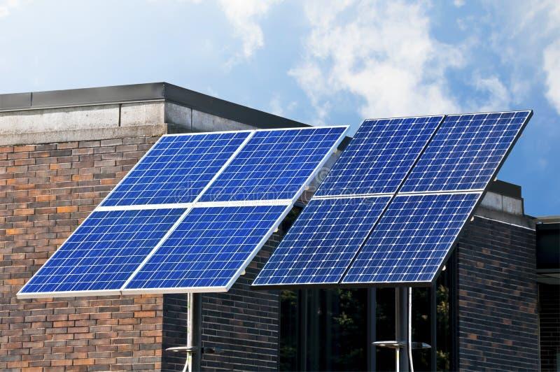 Tecnologia verde, painéis solares. fotos de stock royalty free