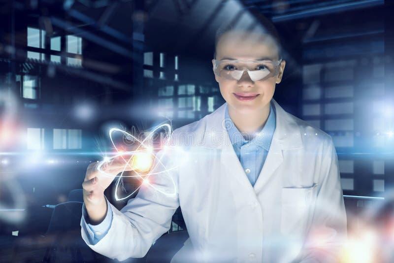 Tecnologias inovativas na ciência e na medicina Meios mistos foto de stock