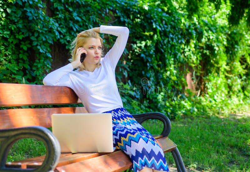 Tecnologias que facilitam a vida Loja virtual pedindo dos artigos do parque do portátil da mulher Compra virtual da vantagem da t fotos de stock