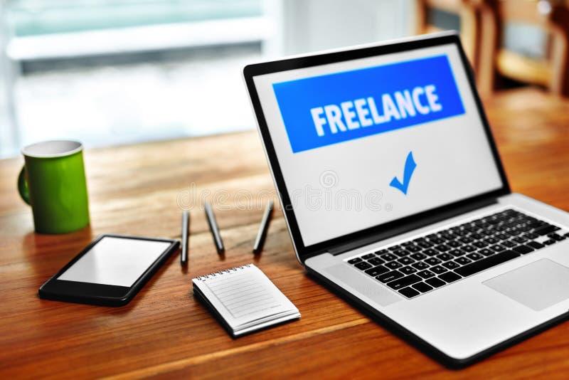 Tecnologie informatiche Freelance il concetto del lavoro Computer portatile, taccuino fotografia stock libera da diritti