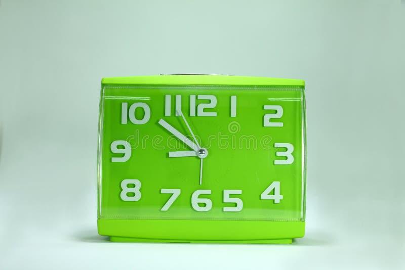 Tecnology зеленого будильника сетноое-аналогов на белой предпосылке стоковые изображения