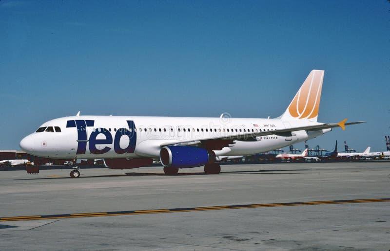 Ted Airbus A320 après le débarquement à l'aéroport international de lièvres de ` d'O, images libres de droits