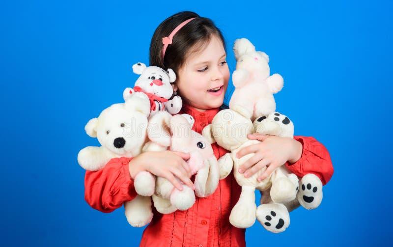 E Το παιχνίδι μικρών κοριτσιών με το μαλακό παιχνίδι teddy αντέχει Μέρος των παιχνιδιών στα χέρια της Έννοια παιδικής ηλικίας Συλ στοκ φωτογραφία με δικαίωμα ελεύθερης χρήσης