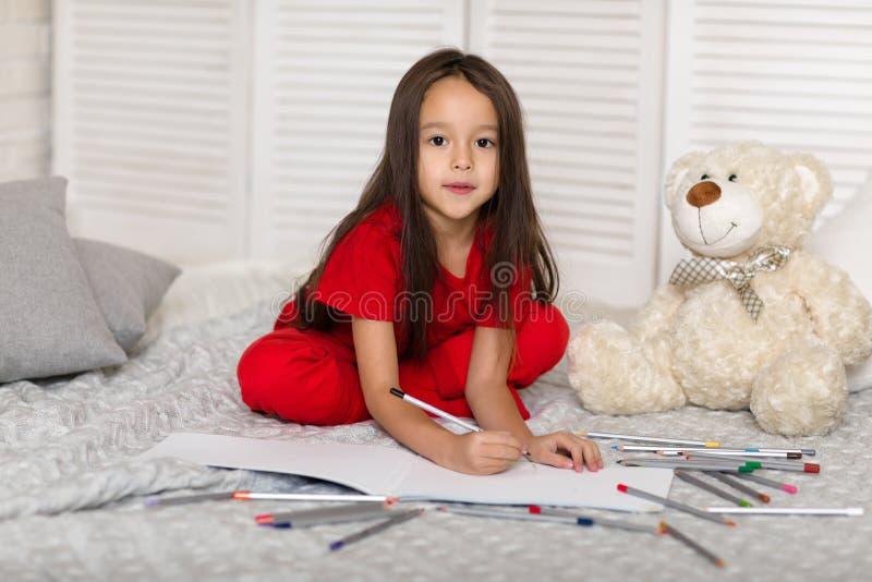 Λίγο κορίτσι παιδιών σύρει με τα μολύβια στο σπίτι στοκ φωτογραφίες με δικαίωμα ελεύθερης χρήσης