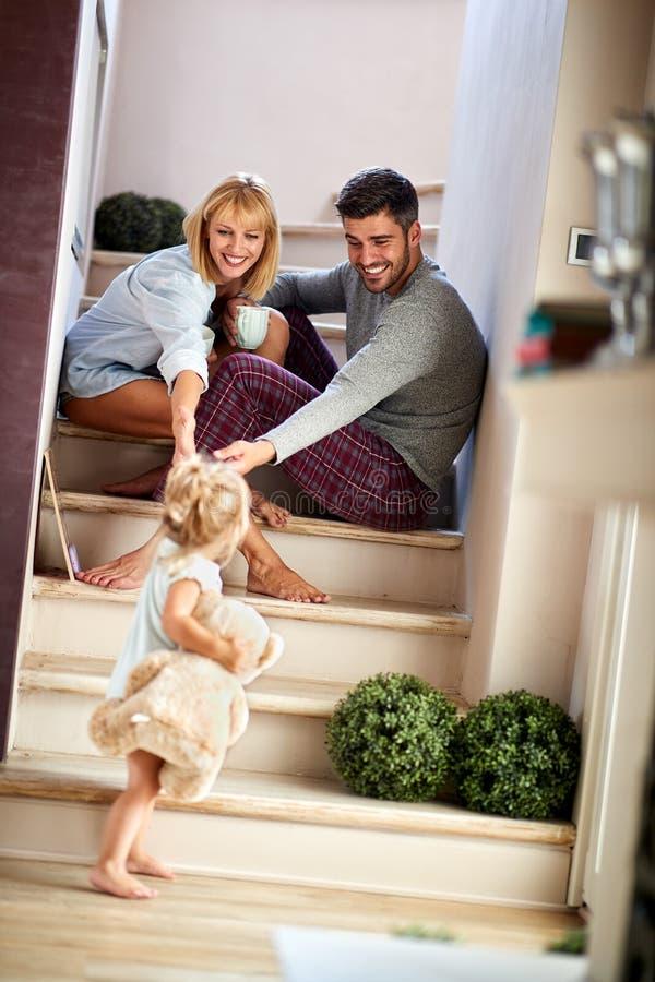 Το κορίτσι με τους γονείς που παίζουν και που κρατούν teddy αντέχει στοκ φωτογραφίες