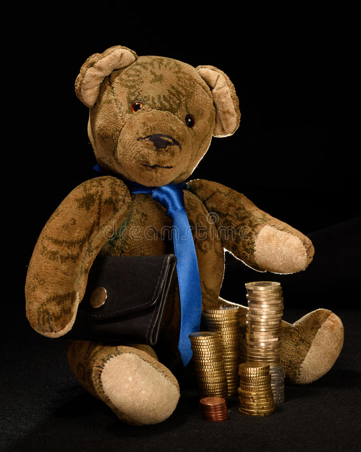Teddy als zakenman met geld of muntstukken stock foto's