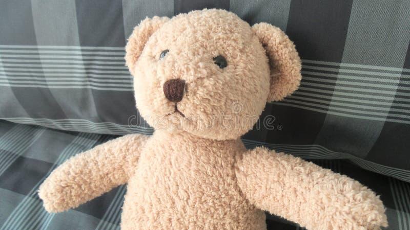 Teddy Bear auf Bett lizenzfreie stockbilder