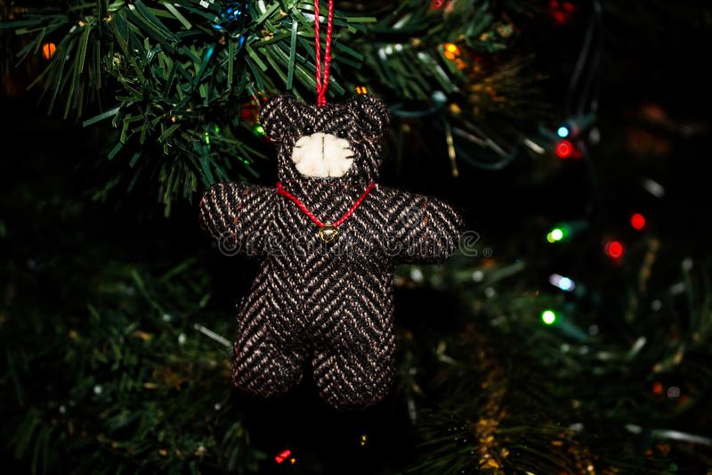 Teddy Bear Christmas Ornament fait main sur un arbre de Noël images stock