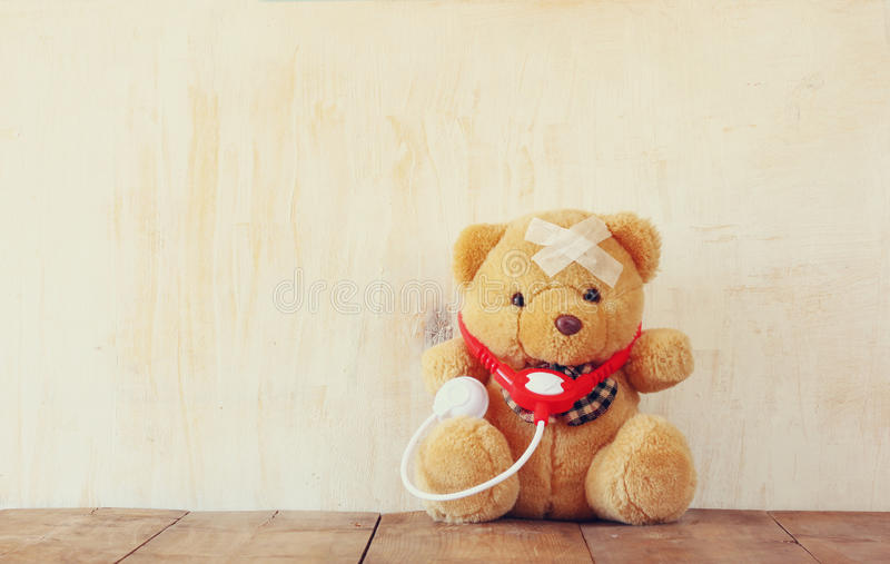 Teddy Bear com atadura e estetoscópio foto de stock