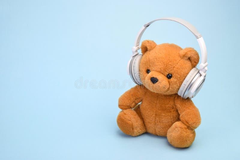 Teddy Bear com fones de ouvido copia o espaço imagem de stock royalty free