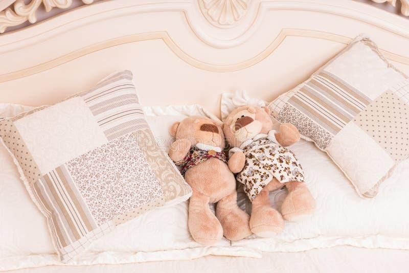 Teddy Bear Couple Snuggling en cama foto de archivo