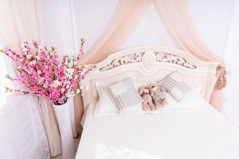 Teddy Bear Couple Snuggling på romantisk säng arkivfoton
