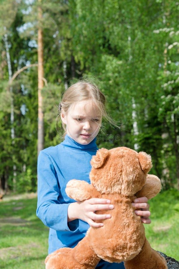 Teddy Bear is een pluizig stuk speelgoed voor weinig leuk meisje Beste Vrienden die en samenhouden om naar Picknick koesteren te  royalty-vrije stock foto's