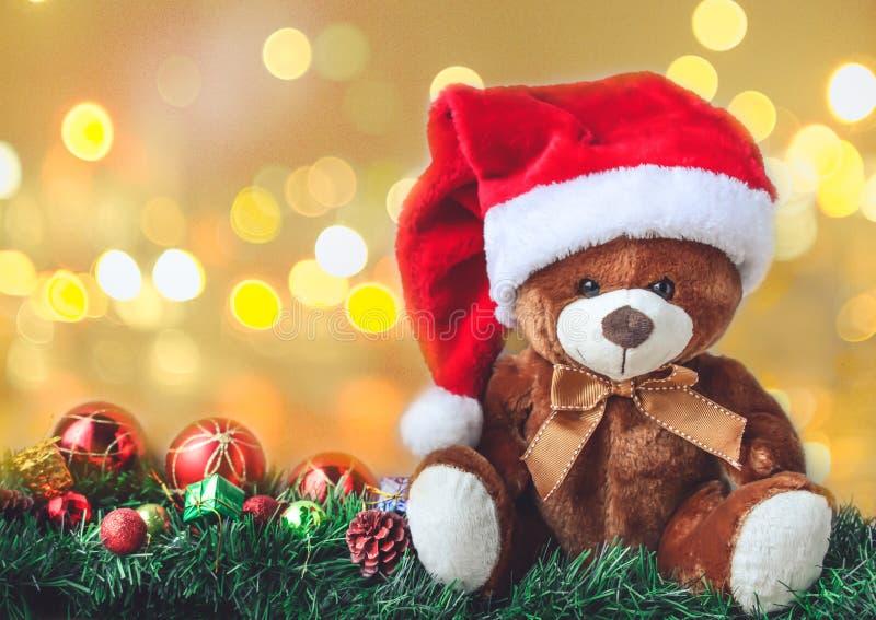 Teddy Bear en la Navidad con la caja de la bola y de regalo en la falta de definición Backgroun fotografía de archivo