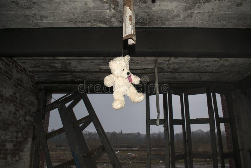Teddy Bear Hanging In Derelict abandonou Fie Station Building imagem de stock