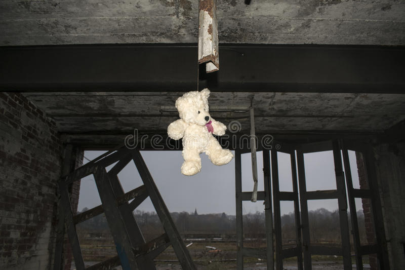 Teddy Bear Hanging In Derelict Verlaten Fie Station Building stock afbeelding