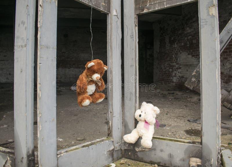 Teddy Bear Hung On Doors van Verlaten Verlaten Fie Station Building With Other draagt schreeuwend stock fotografie
