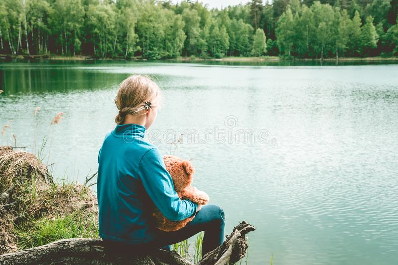 Teddy Bear ist ein flaumiges Spielzeug f?r kleines nettes M?dchen Beste Freunde, die umarmen und, die zusammenhalten, um zu gehen lizenzfreie stockfotografie