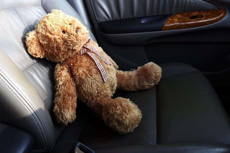 Teddy Bear Lonely Feel In min bil royaltyfri foto