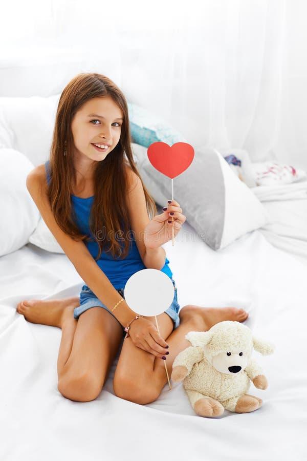 Teddy Bear Love Förälskelse för tonårs- flicka fotografering för bildbyråer