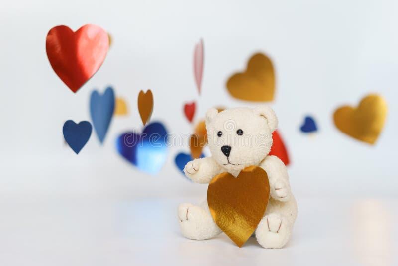 Teddy Bear Loving lindo, sentando los corazones solos, rojos hechos a mano foto de archivo libre de regalías