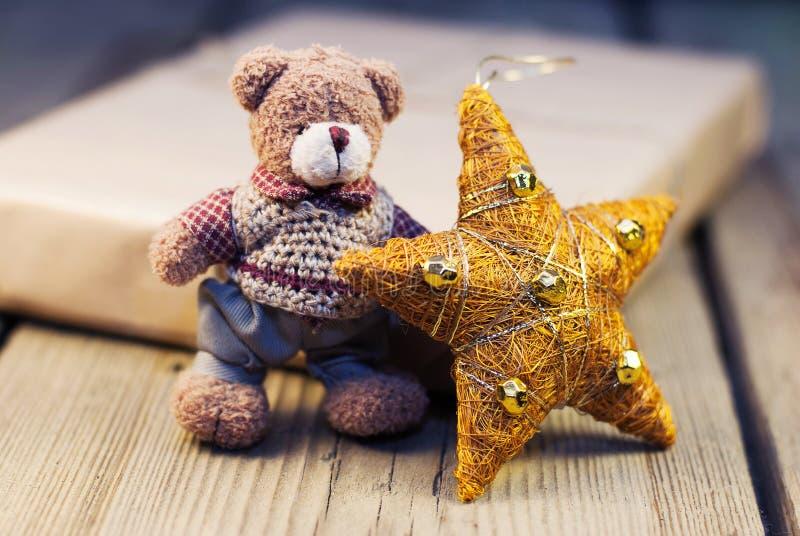 Teddy Bear met Kerstmisdecoratie en verpakte gift stock foto