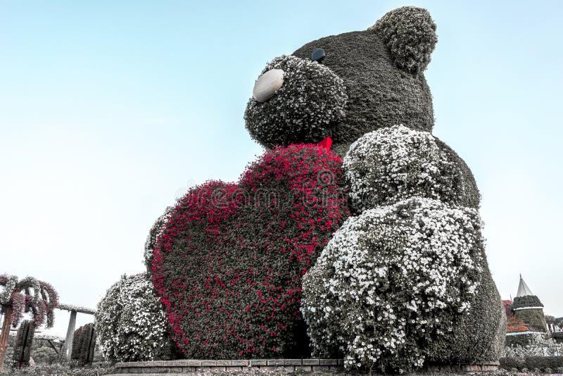 Teddy Bear mit einem rosa Herzen, Wunder-Garten, Dubai lizenzfreie stockbilder
