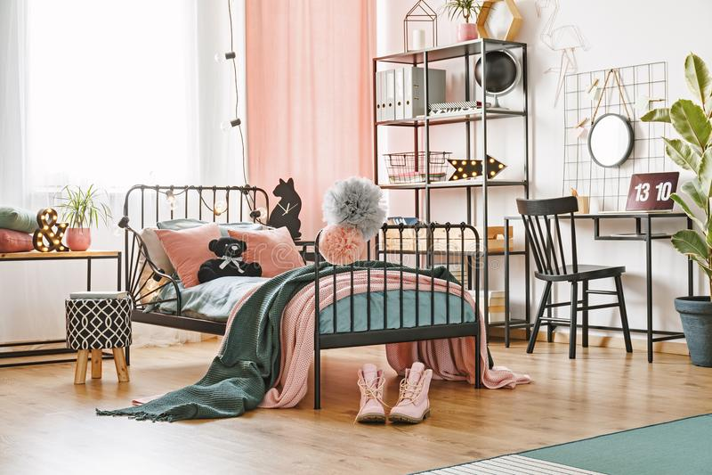 Teddy Bear på säng royaltyfria foton