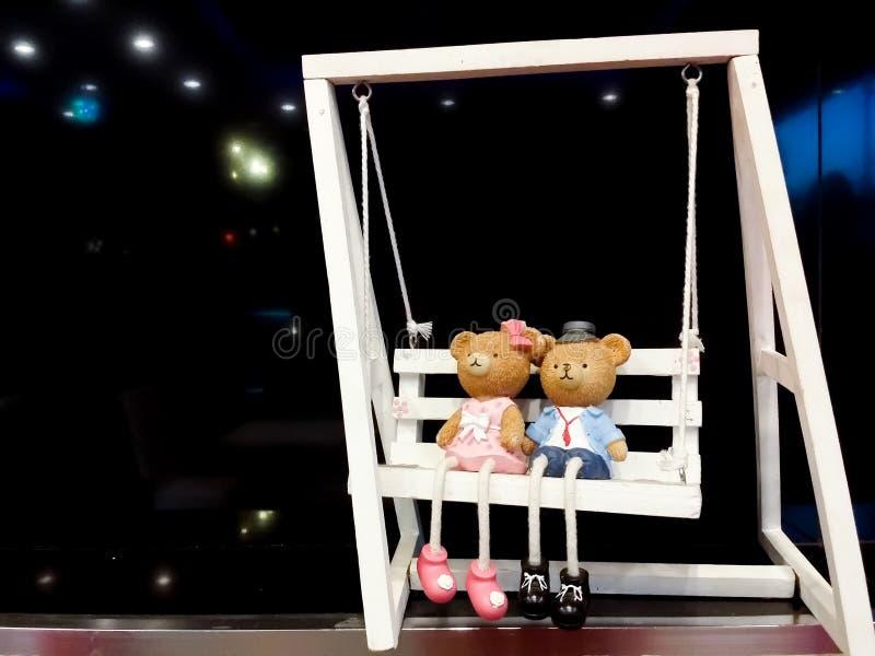 Teddy Bear que senta-se em um balanço branco fotografia de stock