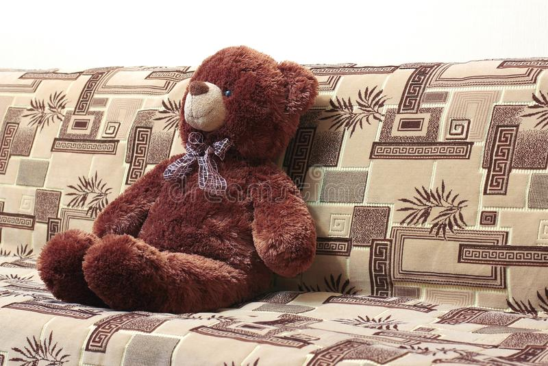 Teddy Bear On Sofa lizenzfreies stockbild