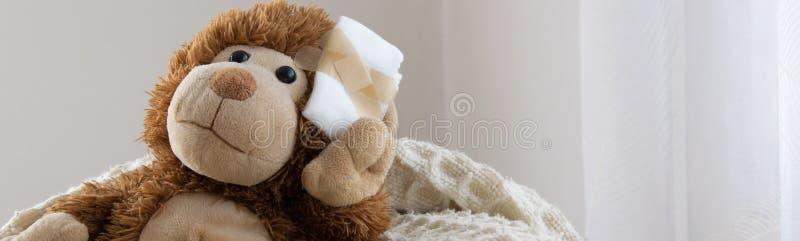 Teddy Bear-stuk speelgoed gewond in het hoofd Ongeval, gezondheidszorg royalty-vrije stock fotografie