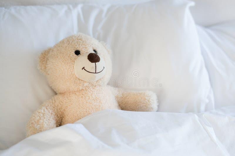 Teddy Bear sul letto fotografia stock