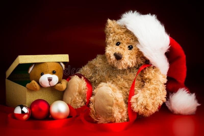 Teddy Bear Wearing um chapéu do Natal e um Toy Bear Peeking Out de foto de stock royalty free