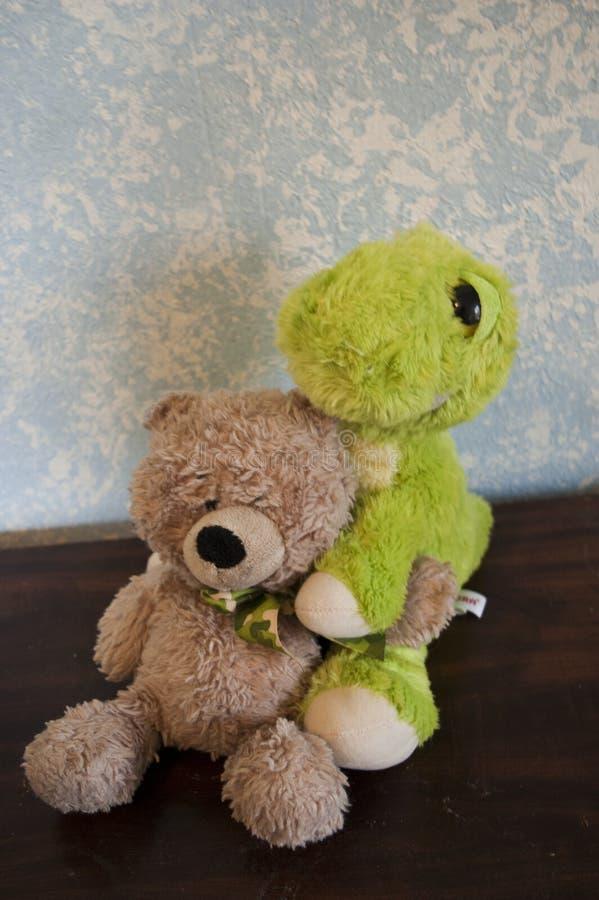 Teddy Bears classico contro una parete blu con Dino Friend immagini stock libere da diritti