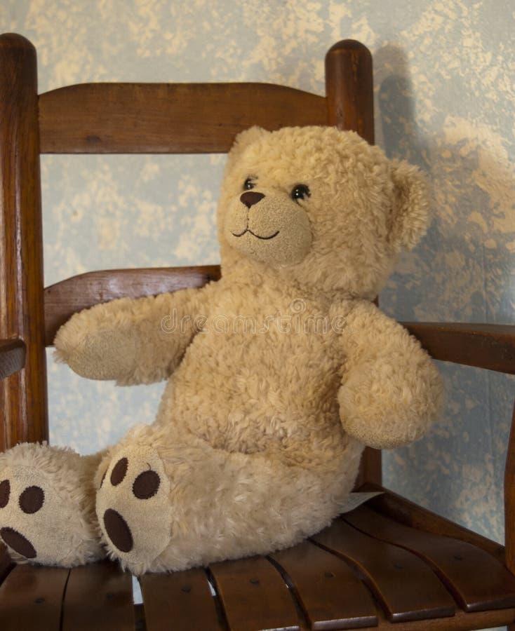 Teddy Bears classico contro una parete blu in una sedia di oscillazione fotografia stock