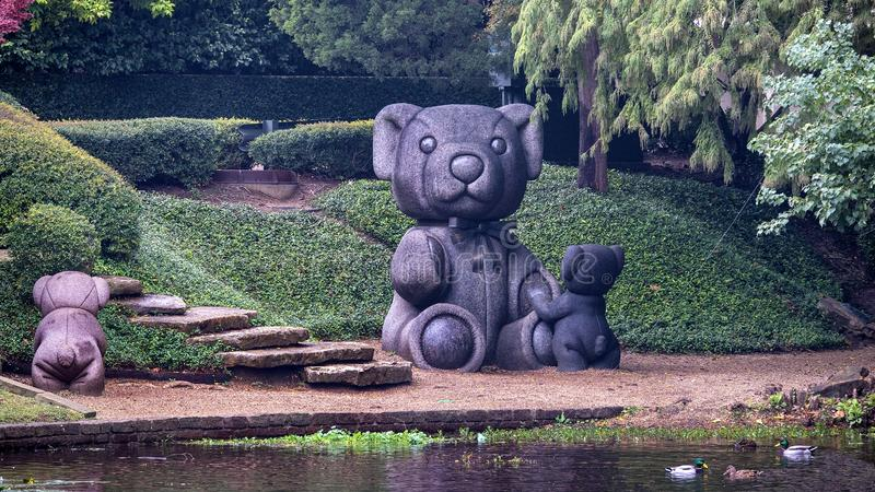 'Teddy Bears', eine Skulptur von Jerry Williams an der Westseite des Exall Lake im Highland Park, Dallas, Texas stockbild