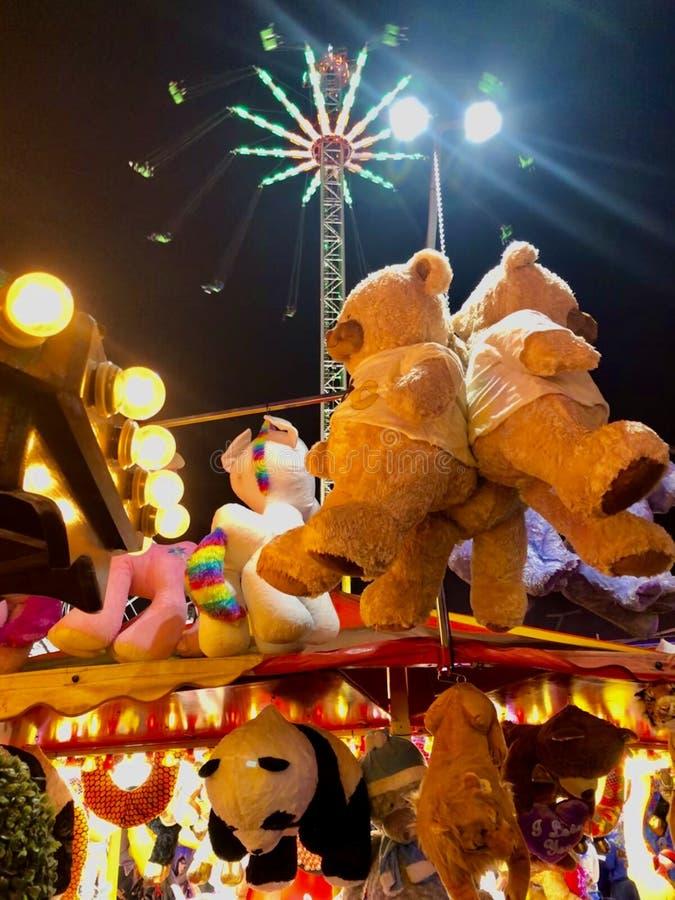 Teddy Bears och andra priser på stall på Nottingham Goose Fair royaltyfri bild