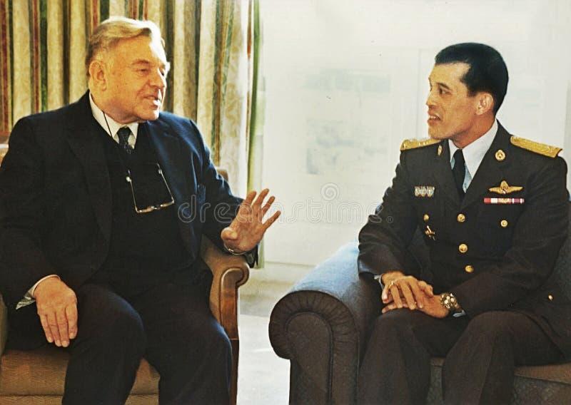 Teddy Kollek Meets com príncipe herdeiro Maha Vajiralongkorn de Tailândia imagem de stock