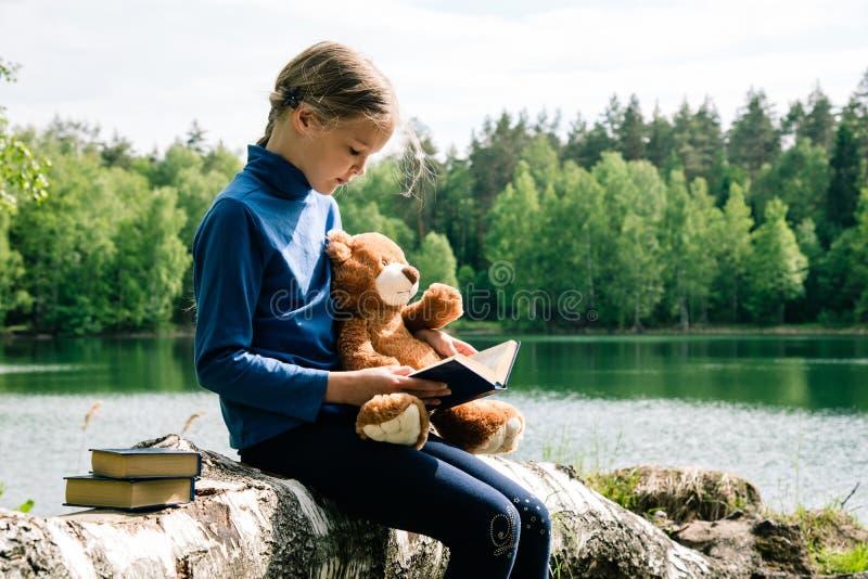 Teddy Niedźwiedź to zabawka dla sÅ'odkiej dziewczynki. Każde dziecko uwielbia misia Teddy trzymajÄ…cego siÄ™ razem z Picnic i c zdjęcia royalty free